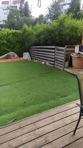 דירת גן עם חצר מסודרת במיוחד לתקופת הקורונה