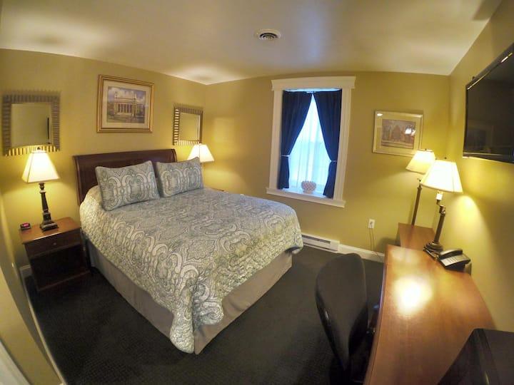 Single Queen Room 104 - Beacon Hotel