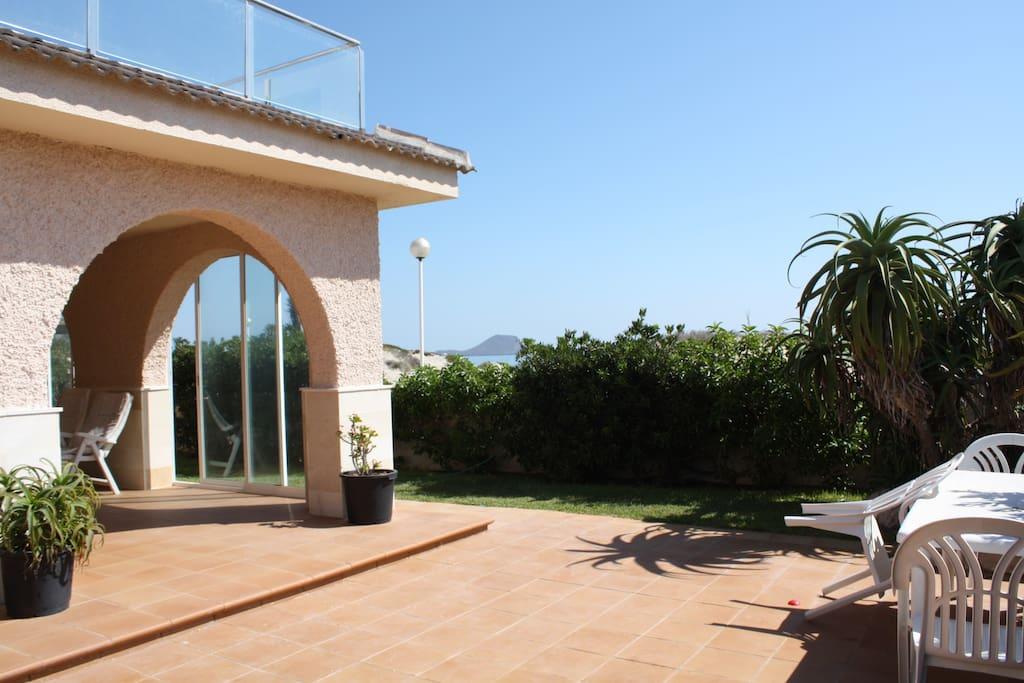 Amplia terraza con jardín