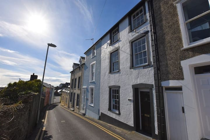 3 Bedroom Cottage, sleeps 6, Centre of Aberdovey,