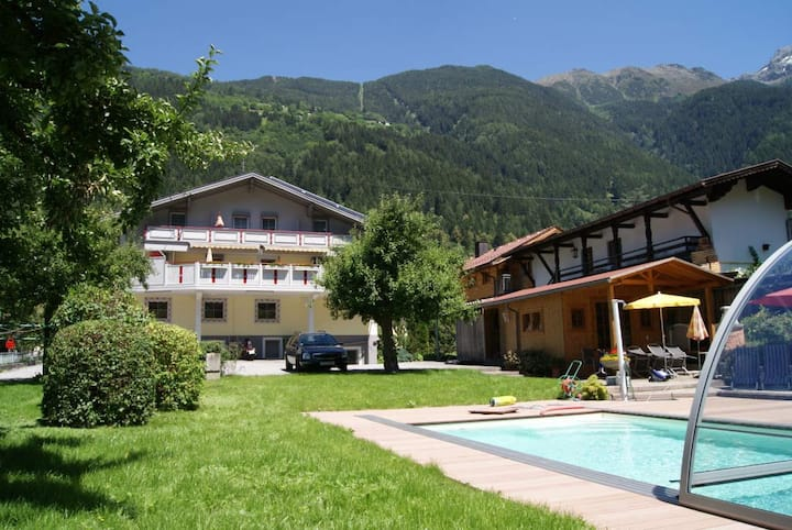 Apartment mit Garten, Pool und Spielplatz in Oetz