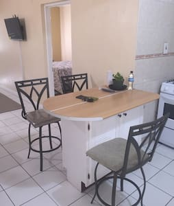 New Kingston Clean and Contemporar - Kingston - Apartment