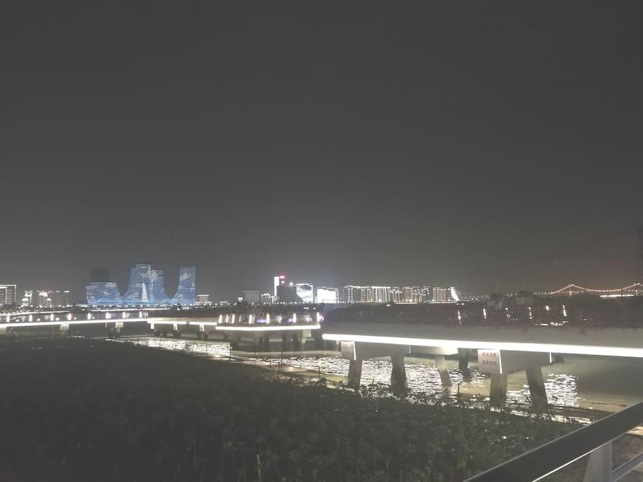 美丽的海沧湾夜景,步行5分钟即可达。