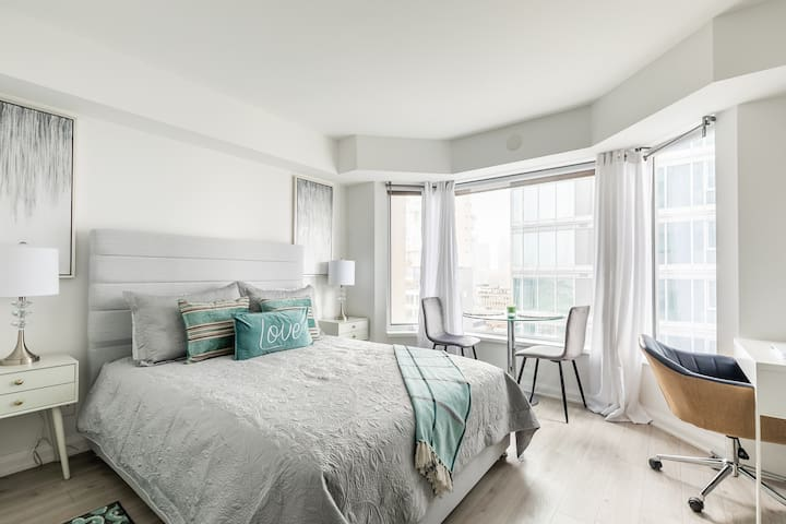 Simply Comfort. 19th Floor Studio in Yorkville