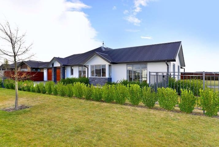 Relax in luxury - West Melton - Hus