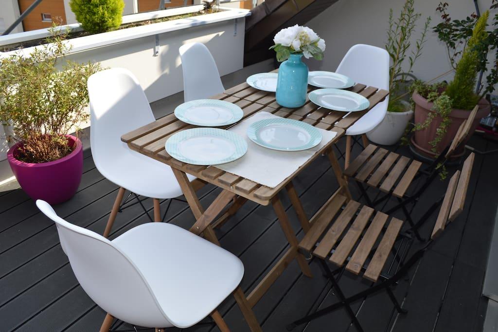 Table extérieure sur la terrasse