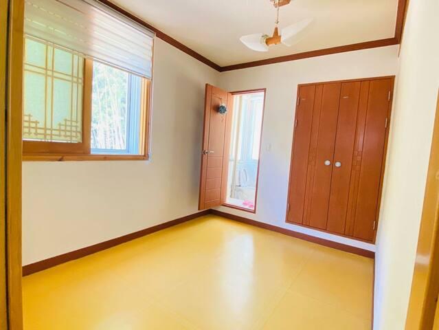 가장 큰 안방 옆에 붙어있는 간이방입니다~! 미닫이 문으로 형성되어 있으며 안에 변기만 있는 건식화장실이 함께 있습니다^_^