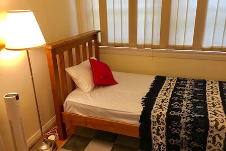 A quaint little room - Neutral Bay - Huoneisto