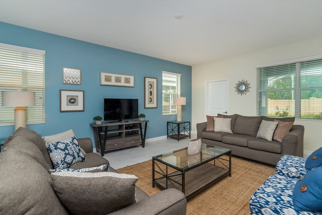 Spacious living room with space for your entire group