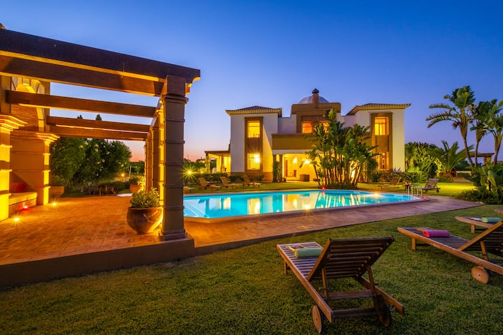 IMPRESSIVE VILLA W/ HEATABLE POOL, FREE WIFI, A/C