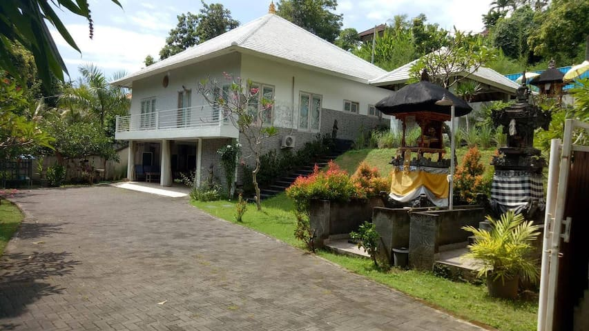 Secluded villa at Jalan Damai that close to Lovina