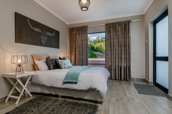 PORT ELIZABETH  COUNTRY GETAWAY IN DEER PARK  B