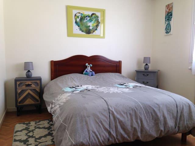 Chambre bleue Lit de 140 x 190 avec armoire. Possibilité d'installer le lit parapluie pour bébé dans cette chambre