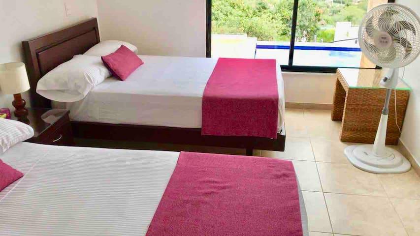 Habitación con 2 camas dobles, baño privado y TV / Room with 2 double beds, private bathroom and TV