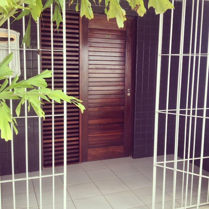 Porta de entrada do apartamento.