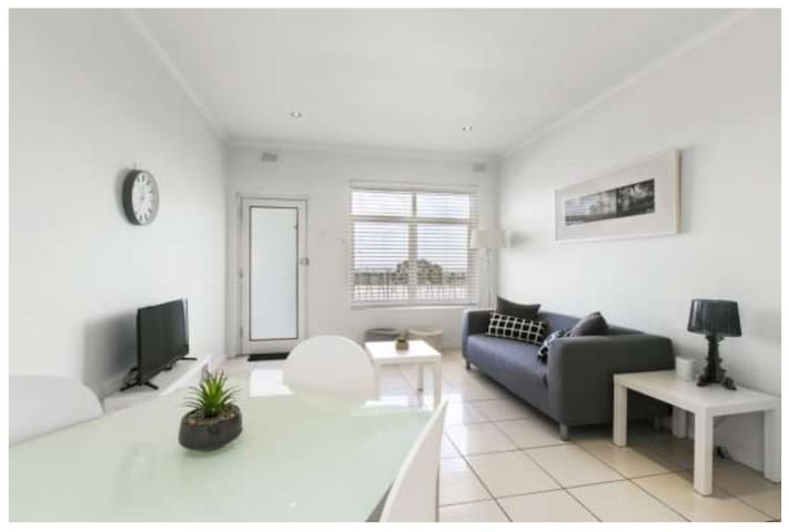 Sunset/City views, Sleeps 4, close to CBD, Comfort