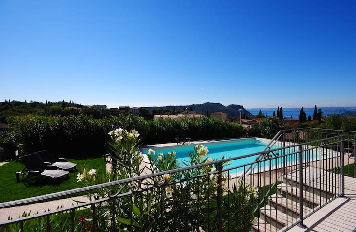 Family Flat with Amazing Terrace near Garda - Costermano - Daire