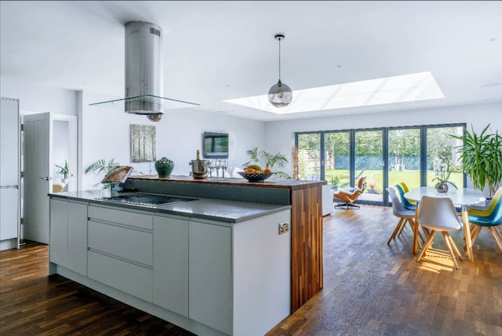 Contemporary, open-plan - walk to Henley -up to 20