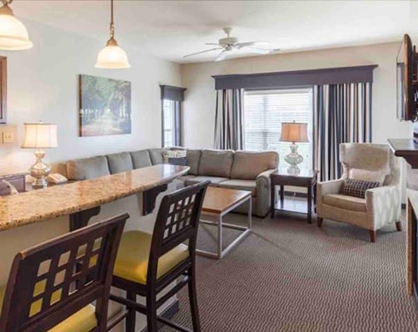 PARKSIDE WILLIAMSBURG - SPACIOUS 1 BEDROOM SUITE