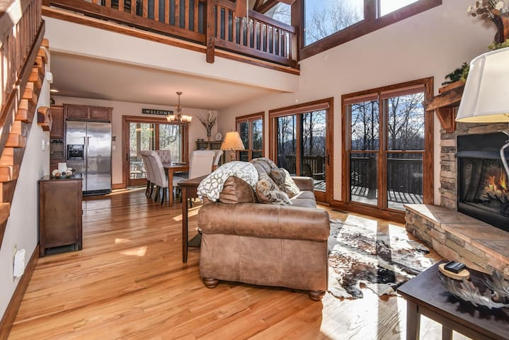 Secluded Luxury Mountain Cabin with views, hot tub - Hendersonville - Cottage