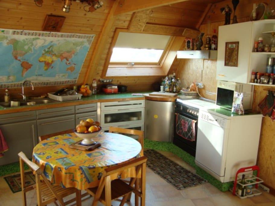 La cuisine est grande, aérée et spacieuse, il y a tout ce qu'il faut, 2 fours, une machine à pains, un presse orange électrique, une trancheuse, un lave vaisselle, un moulin à café, 2 cafetières, et puis tout le reste que l'on trouve dans une cuisine.