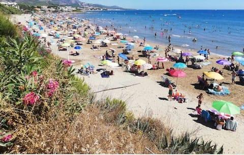 Precioso apartamento cerca de la playa y centro  con vistas al mar y la montaña ideal para familias y parejas.