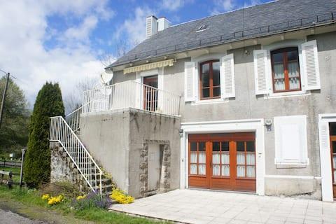Gite La Gare, vue Puy de Sancy, terrasse et jardin
