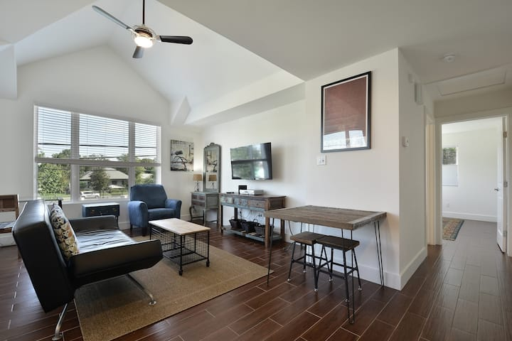 Walk to Rainey St, Convention Center, Downtown! - Sleeps 4