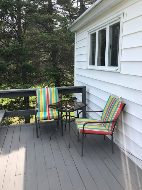 Modern and quiet 2 bedroom apt with private deck.