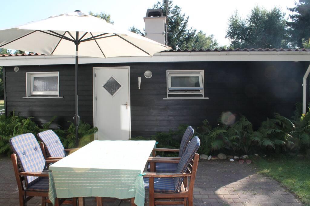 Dejligt sommerhus på stor ugeneret grund, tæt på strand, shopping og skøn natur i Rørvig