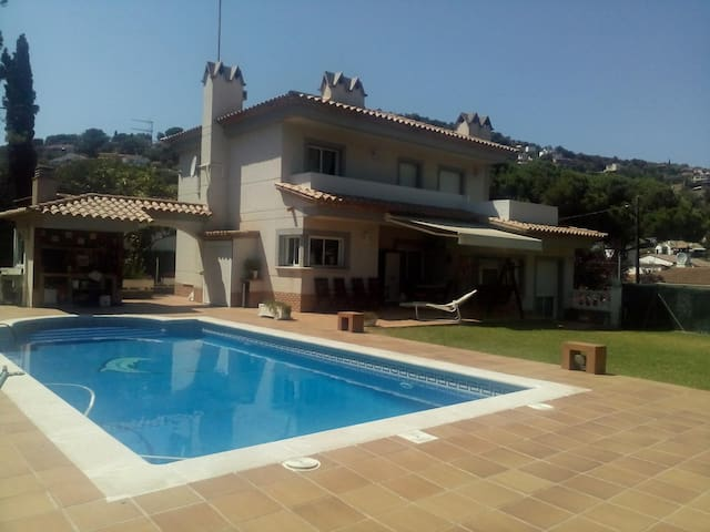 Beautiful house with large garden and large swimming pool - Calonge - House