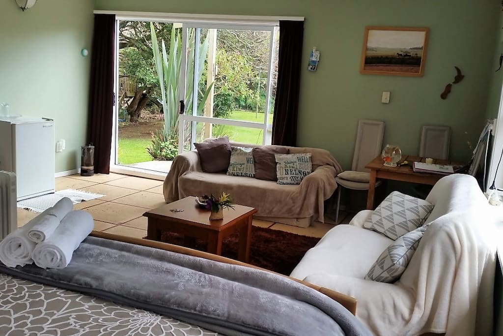 The main room has everything you need to relax. A queen size bed, a fridge for wine and beer. A microwave, a table for your computer and catch up and 2 loungers to relax in.