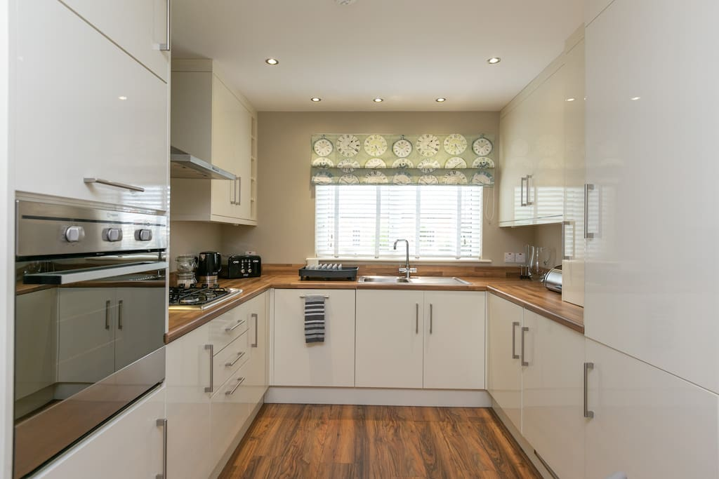 Fully equipped kitchen with dining area for 4, dishwasher, washing machine, tumble dryer, fridge freezer, microwave, kettle, toaster, coffee maker, oven and gas hob