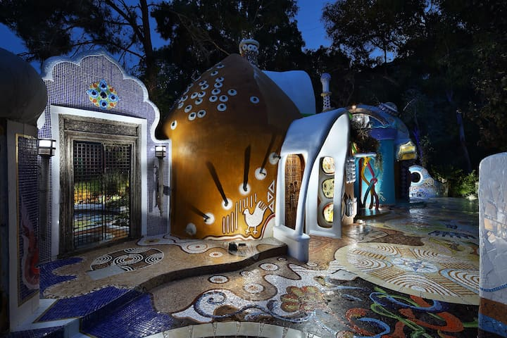 Euphoria Art Land - The Earth House