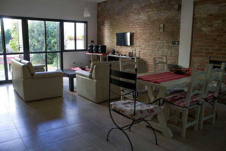 Habitación en casa con excelentes comodidades!