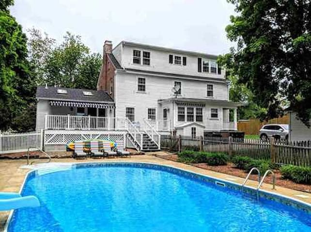 3500 Sq Ft Colonial *IN TOWN, CLOSE TO LAKES, POOL