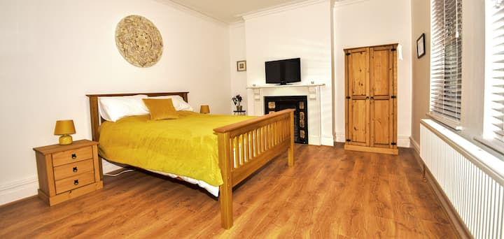 2 Spacious king-size rooms in Caernarfon