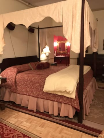 Barnside Empire Luxury Suite 206