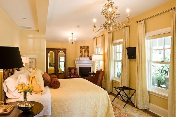 Magnolia Room - Black Walnut Bed and Breakfast Inn
