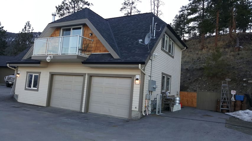 Carriage house... spectacular views. - Peachland - Other