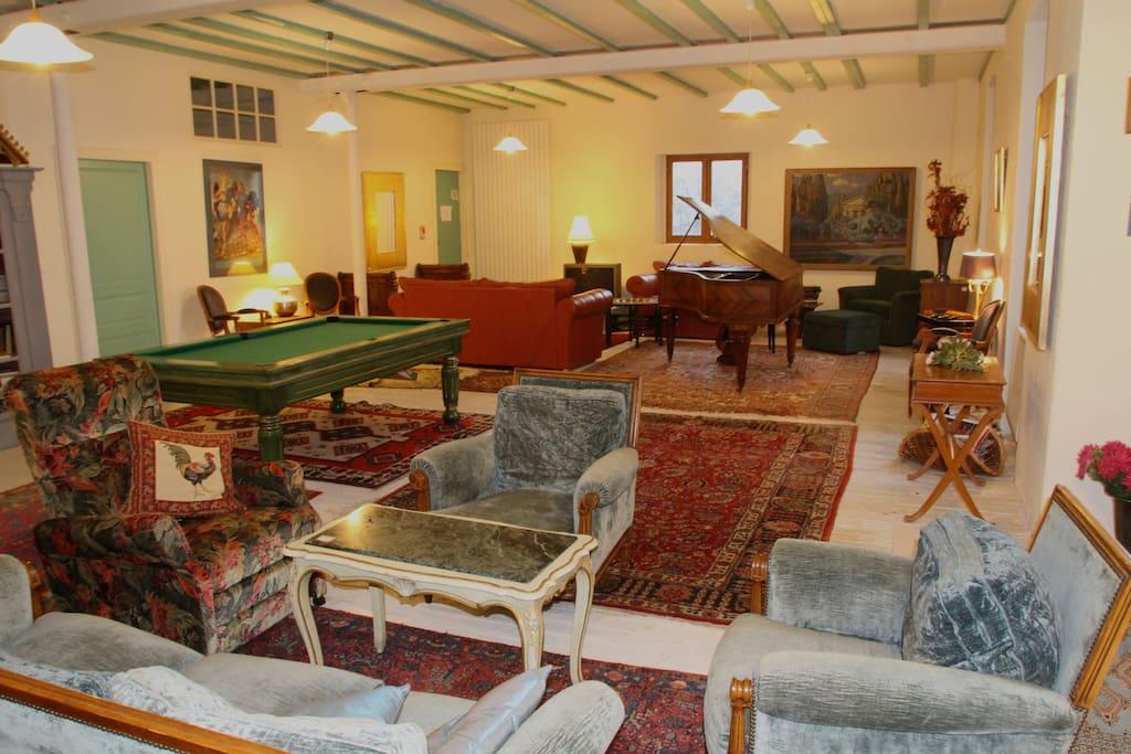 Un salon de 120 m2 avec différents espaces dont l'espace billard.