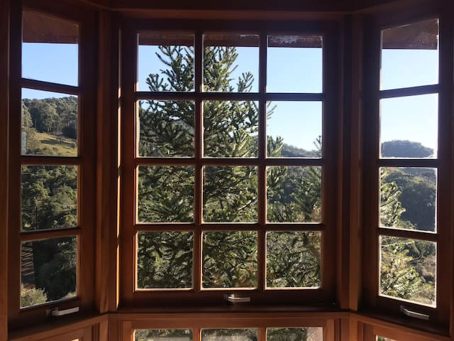 Casa em condomínio com linda vista e churrasqueira