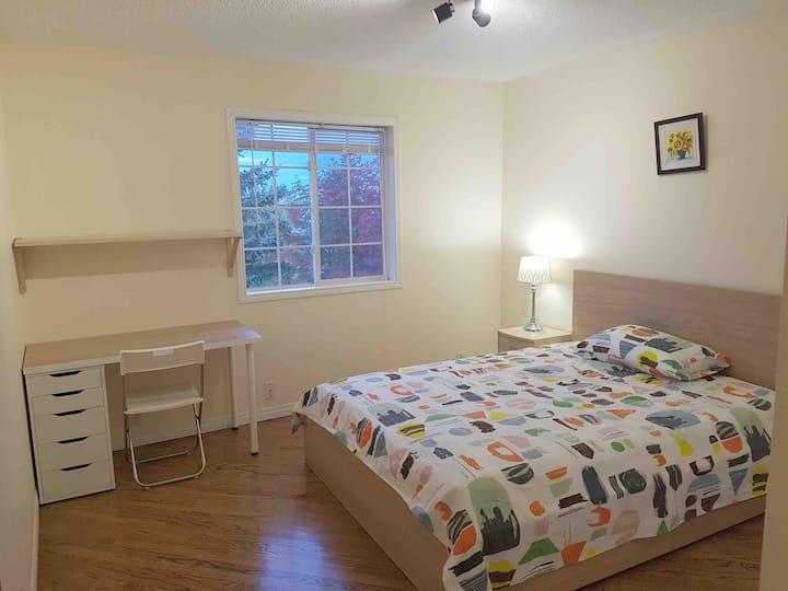 Cozy private bedroom, easy access to train