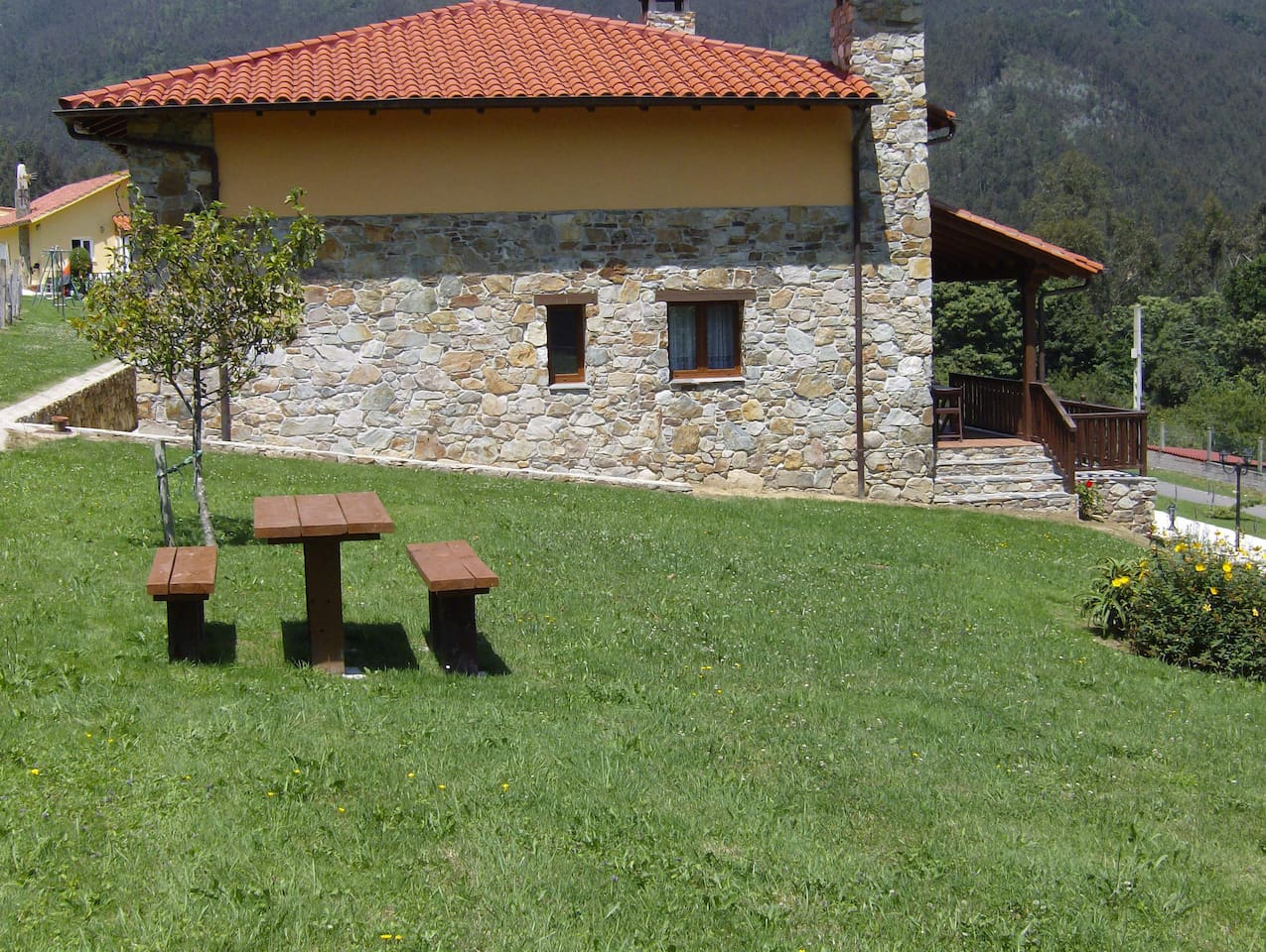 Mesa exterior de la barbacoa, con vista al valle de las Luiñas.