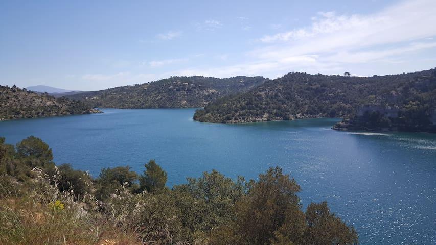 Lac d'Esparron à 8km