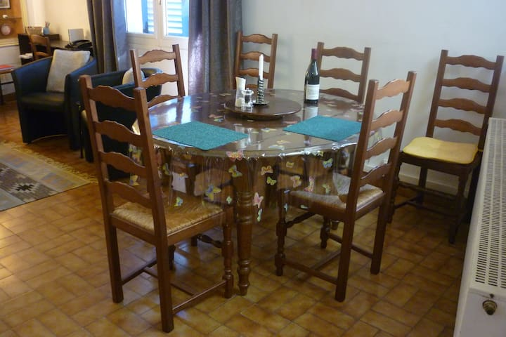 Dining table, seats up to 6