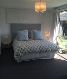 Warm Sunny Master bedroom & Ensuite - Lake Hayes Estate