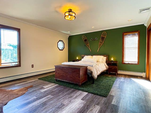 Bedroom 1: Queen size bed, en suite four piece bathroom