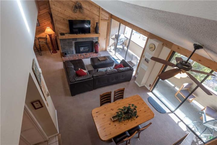 Large spacious unit with short walk to lifts, outdoor hot tub, free wifi, & parking. - Snowbridge Square 304