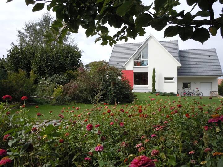 Grande chambre dans une maison avec un beau jardin